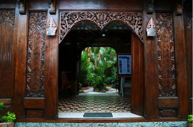 Pintu masuk Hotel 1001 malam dengan kayu ukiran yang cantik