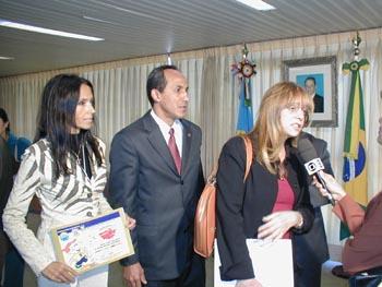 O Brasileirinho com Gatinho da Ansef e a escritora Gloria Perez