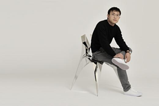 Zhang ZhouJie sentado numa cadeira