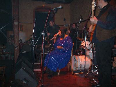 Big Time Sarah: Η κυρία τραγουδάει εξαιρετικά   τα  blues !!!!!