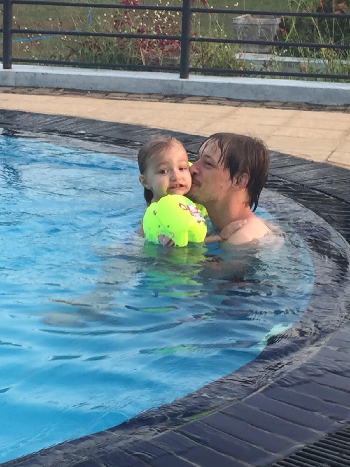 bebe papa piscine negombo JPG