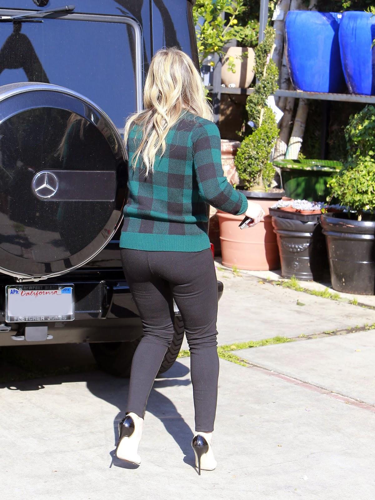 Upskirt Celebs: Hilary Duff needs to sit on my face