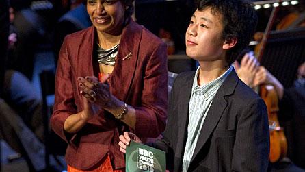 少年钢琴家杨远帆 来源: 乐海远帆 (新浪博客): <http://blog.sina.com.cn/s/blog_880aff9e0100t759.html> 上载:2011-08-06 版权:乐海远帆 2011 年 (欢迎转载。请注明资料来源和版权所有者。谢谢!) 杨远帆1997年出生于苏格兰爱丁堡,2001年迁居英格兰利兹。五岁至十一岁就读于库克瑞吉小学(Cookridge Primary School)。