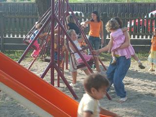 Ha egy gyerek nem hajlandó a csoport szabályait betartani, akkor azt kiközösítik.