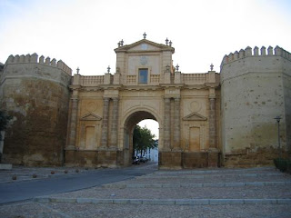 Aunque es cierto que son muchos y variados los monumentos civiles, religiosos y militares que el visitante puede admirar, también es cierto que el recorrido histórico a través de Carmona se puede hacer también a través de sus casas.