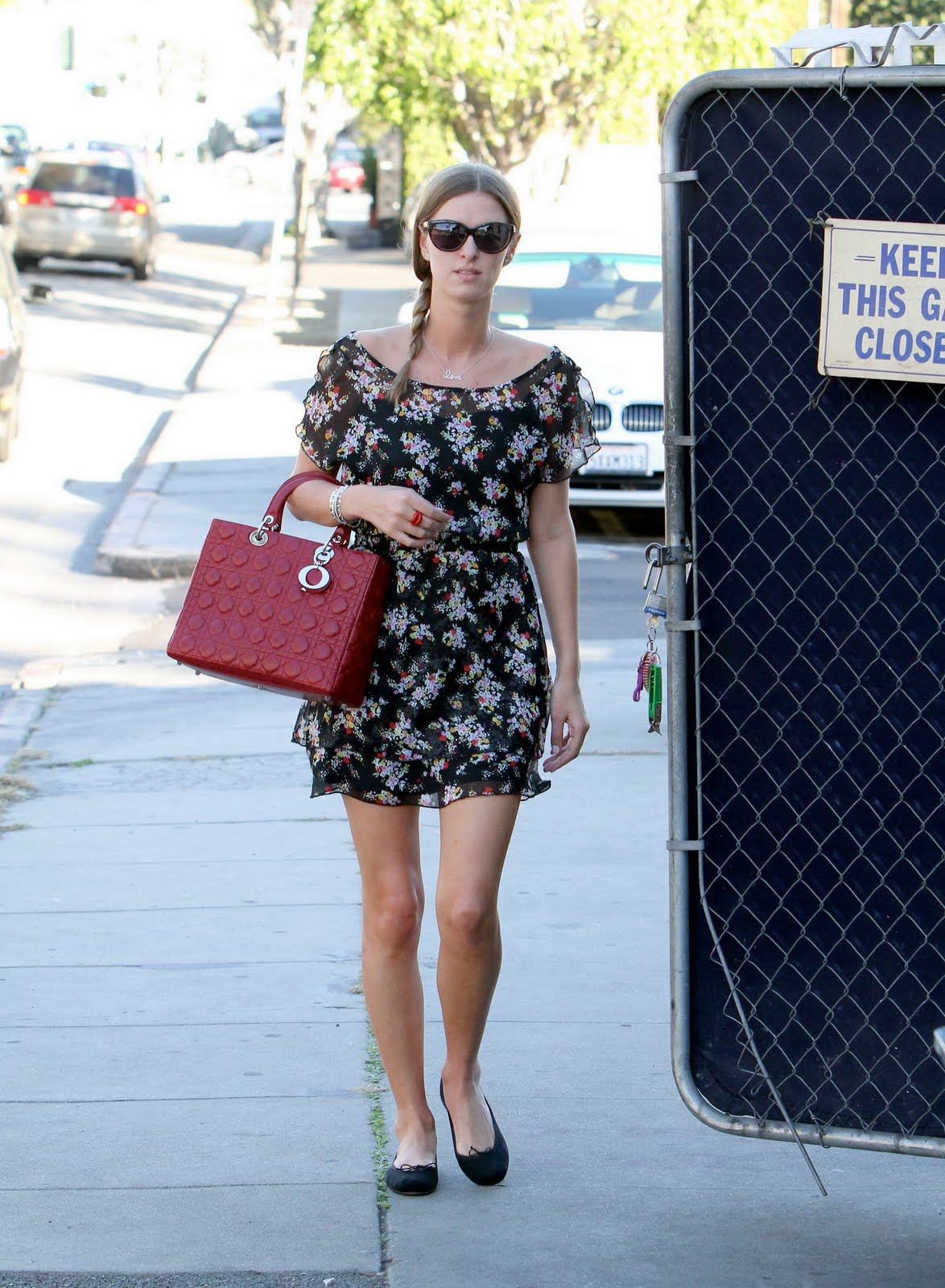 http://4.bp.blogspot.com/-sHdIOq5H0so/TZCXZKwh9mI/AAAAAAAAIrQ/3a6XGYCUveg/s1600/21073_KUGELSCHREIBER_Nicky_Hilton_was_spotted_out_in_Beverly_Hills4_122_633lo.jpg