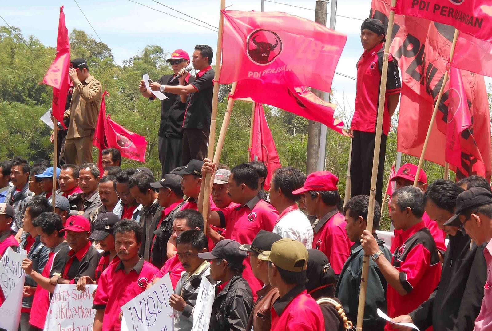 Aksi Unjuk Rasa Kader PDI