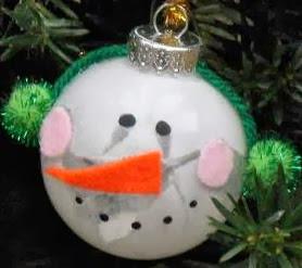http://www.todomanualidades.net/2012/11/como-hacer-un-colgante-navideno-con-forma-de-muneco-de-nieve/