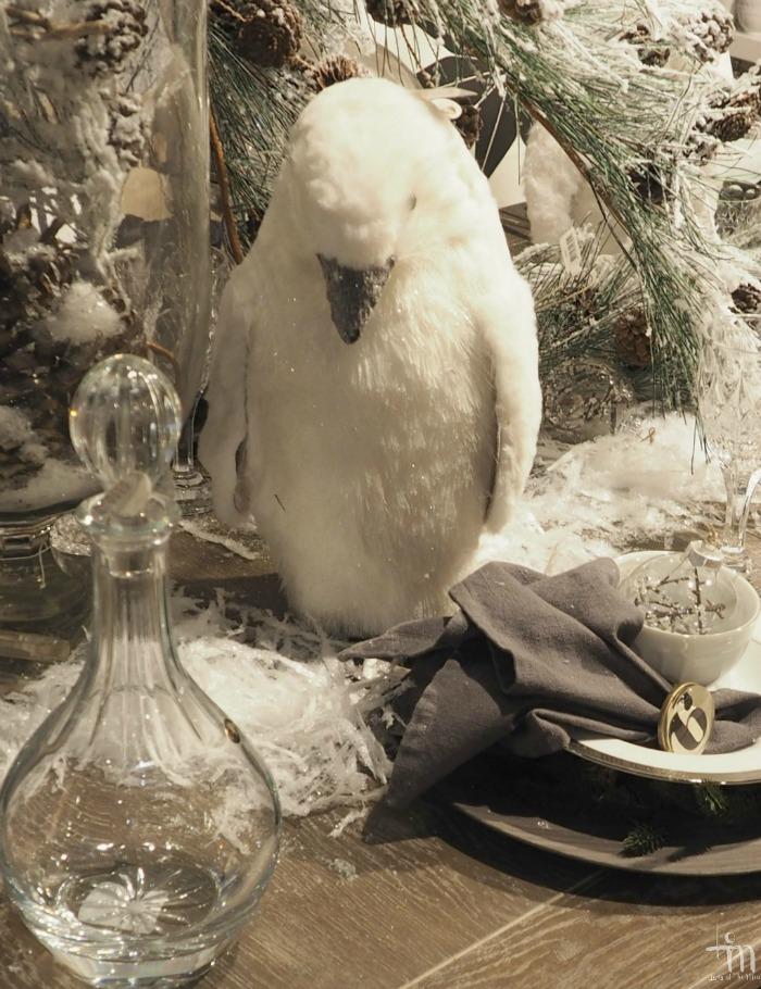 valkoinen koristepingviini joulupöydässä