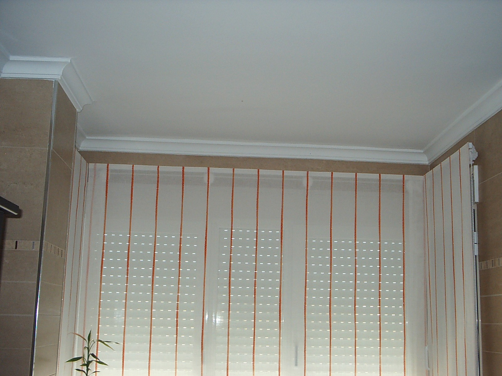 Cortinas muebles alvarez estores para una cocina con mirador for Muebles de cocina con cortinas