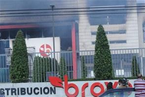 Fuego destruye almacenes de supermercados Bravo; pérdidas pasarían los mil millones de pesos