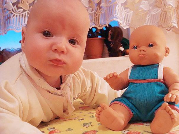 Bayi Lucu Mirip Boneka Kesayangannya