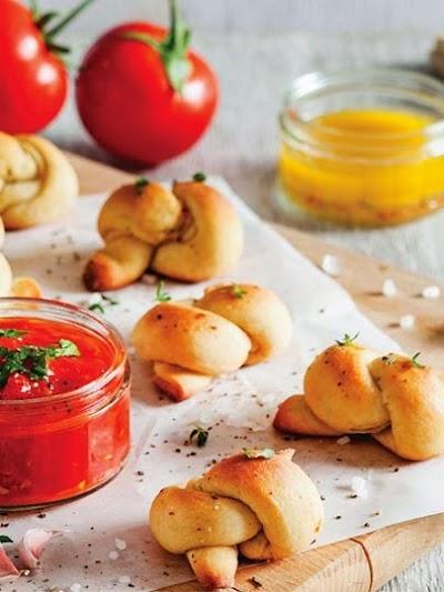 Sarımsaklı düğüm ekmek ve domates sos