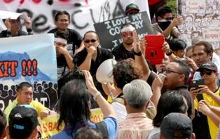 Himpunan Sabah lempar bunga mawar ke 'keranda kezaliman'