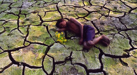 """نالت صورة """"النوم فوق قاع النهر""""، التي التقطتها نيماي شاندرا غوش، جائزة في مسابقة التصوير لمنظمة الصحة العالمية"""