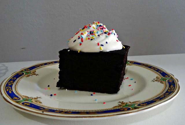 Brownie con crema y granas visto de perfil