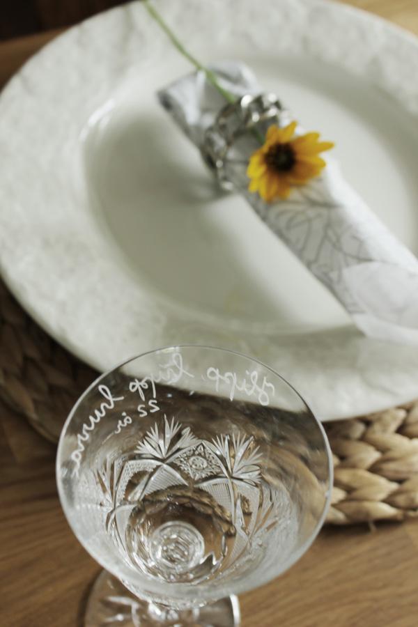 dukning, bordsdukning, blommor till dukning, dukningstips, servettringar med blomma, färska blommor