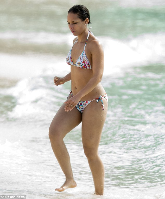 Oladele Com Girl S Still On Fire Alicia Keys Shows Off Her Amazing Post Baby Bikini Body On