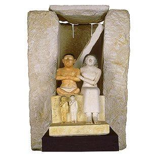 تمثال القزم سنب وزوجته واولاده من عصر الدولة القديمة ومحفوظ بالمتحف المصرى