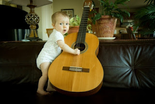 Gambar bayi lucu memegang gitar wallpaper