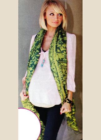 Foto Nicole Richie Menggunakan Batik