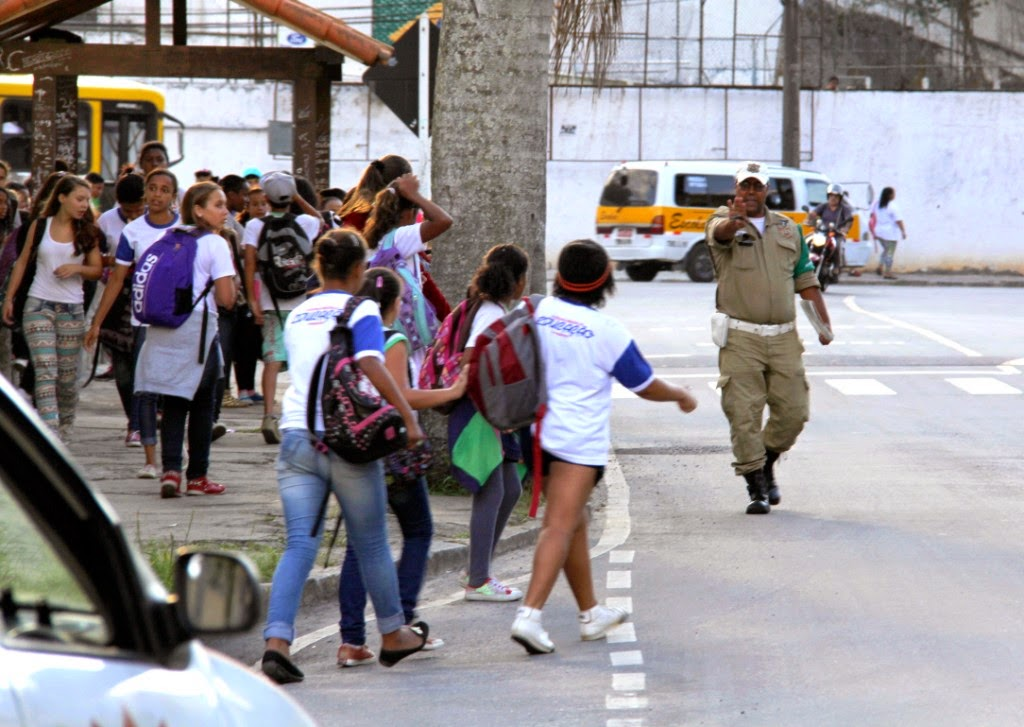 Agentes da Guarda Civil Municipal orientam os alunos junto às faixas de segurança