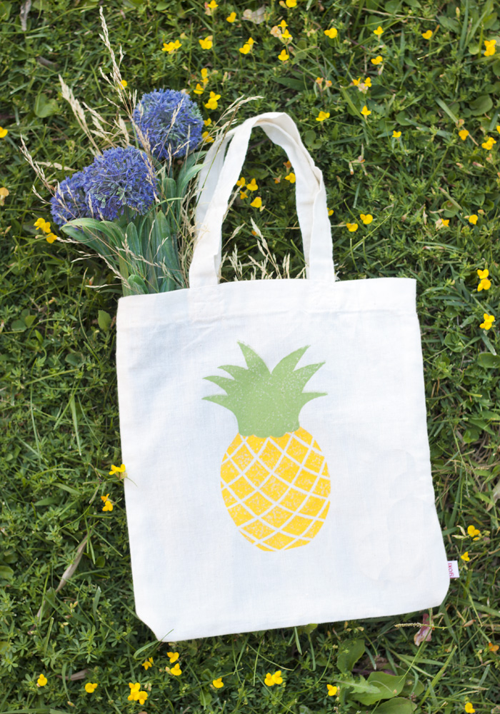 bolsa de tela estampada con sello handmade y pintura para tela