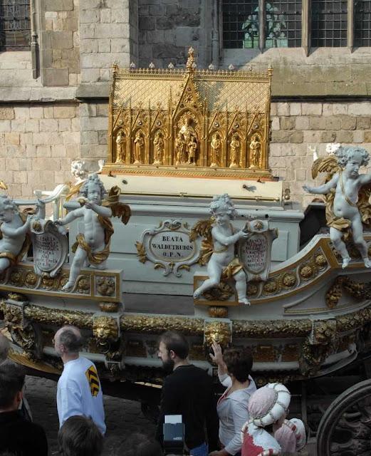 Urna de Santa Waldetrudis sobre o 'Carro de Ouro'