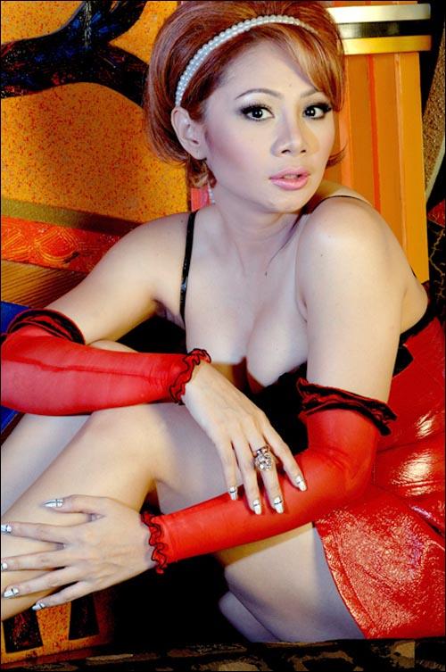 Foto Hot Femmy Permatasari Pamer Belahan Dada Mulus