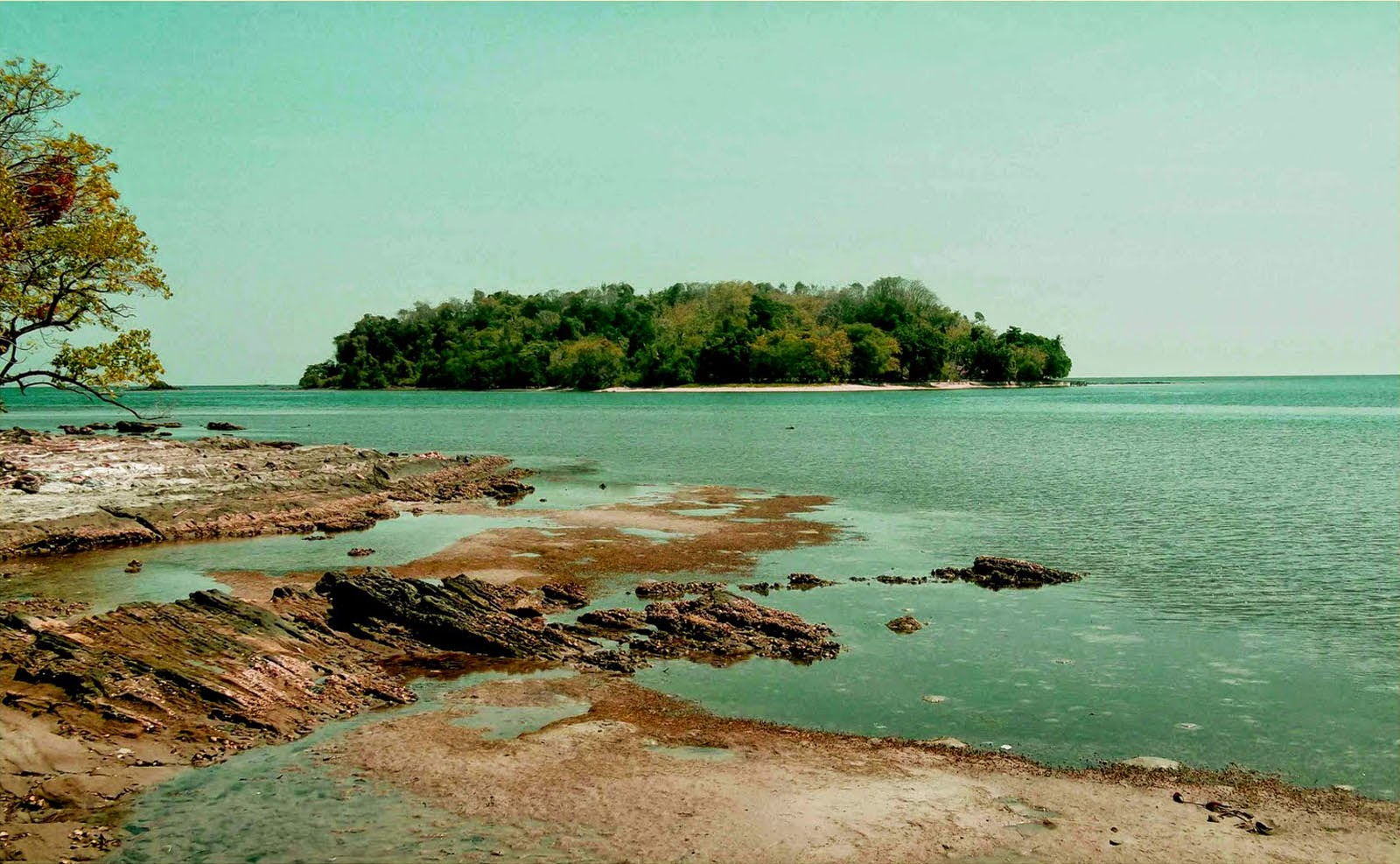 Pulau Dutungan Dilihat dari Tanjung Indah