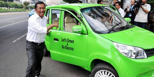 Menteri Badan Usaha Milik Negara (BUMN) Dahlan Iskan Bersama Mobil Listrik Kebanggannya