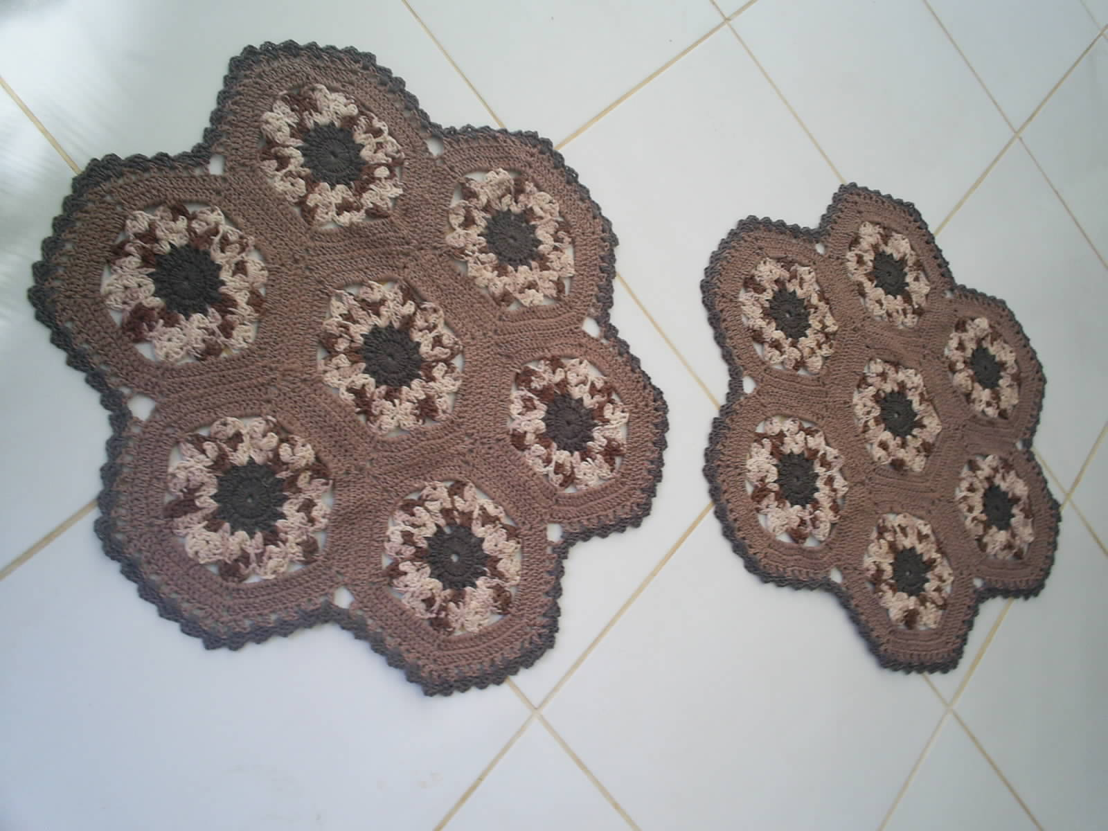 maria am lia croch tapete redondo marrom pap. Black Bedroom Furniture Sets. Home Design Ideas