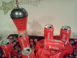 Nacimiento con las latas de Coca Cola de los nombres de María, José y Jesús