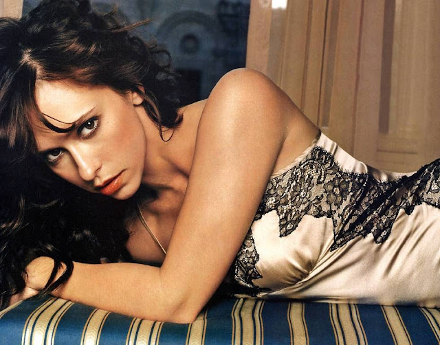 Jennifer Love Hewitt Bold Wallpaper