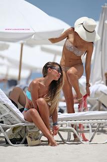 عارضة الأزياء باربرا غيرا مع صديقتها بالبكيني في ميامي