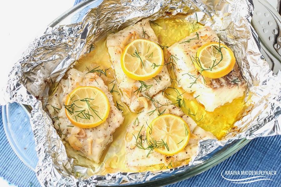 dorsz z masłem czosnkowym, dorsz z folii z masłem czosnkowym, dorsz w papilotach, dorsz z piekarnika, dorsz duszony, masło czosnkowe, ryba z piekarnika, ryba duszona, ryba w maśle czosnkowym, ryba z masłem czosnkowym