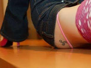 Tatuagem feminina delicada símbolo no glúteo