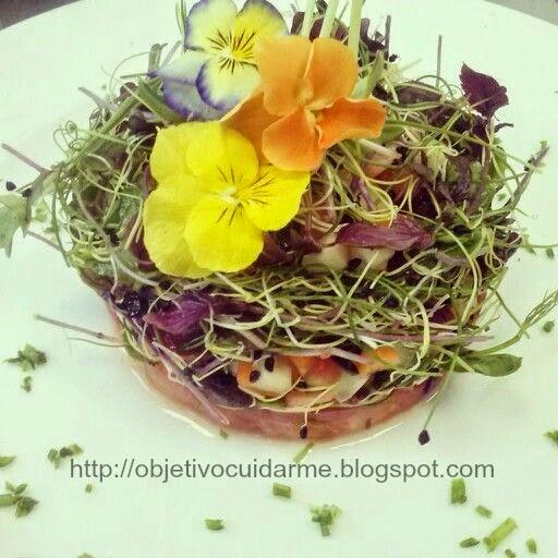 Receta Saludable : Timbal De Ensalada De Tomate, Pepino, Germinados Y Flores Comestibles