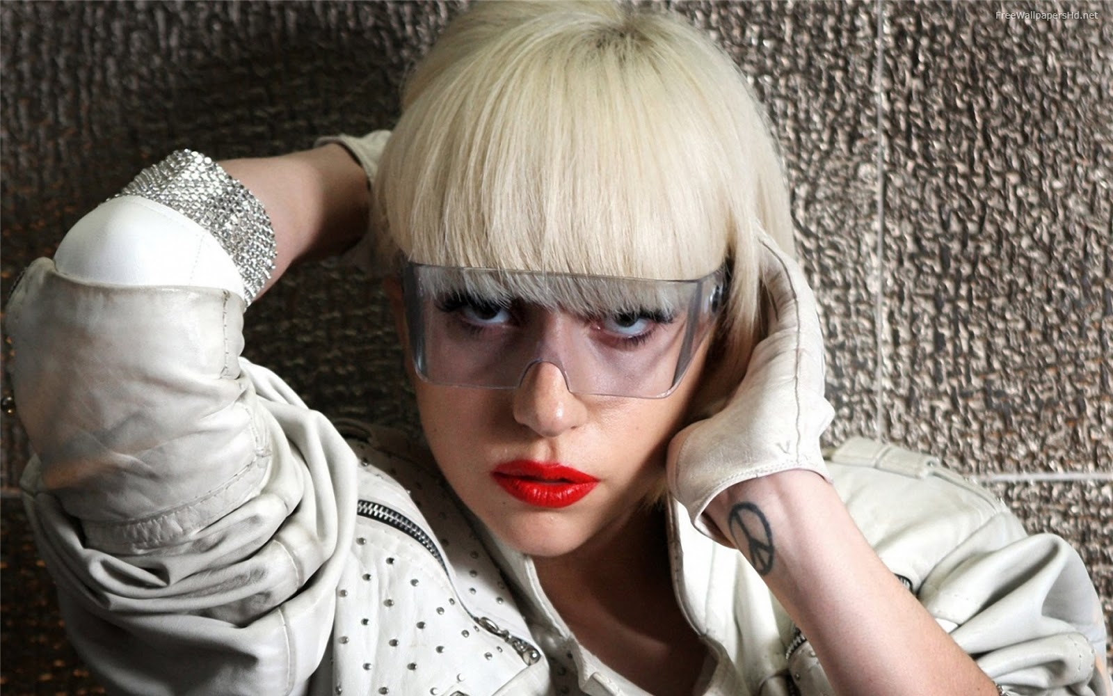 http://4.bp.blogspot.com/-sRdMSA4coX8/UINsnYVcWTI/AAAAAAAAAoM/CTSpyU9xg2A/s1600/lady-gaga-face-makeup-5902.jpg