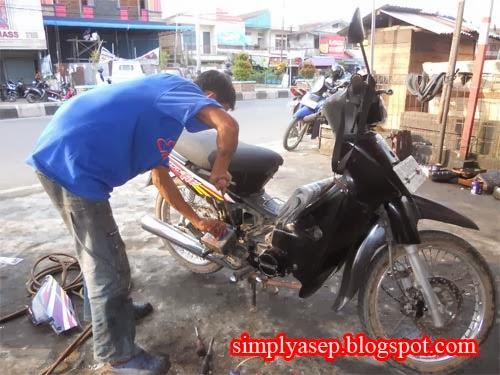 Abang Bengkel mulai membenahi motor ku.  Foto Asep Haryono