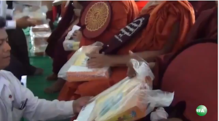 Mandalay Muslims to Buddhist Monks on day of Eid - Thit Htoo Lwin News