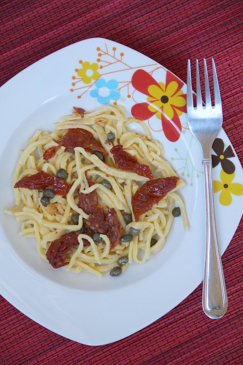 Makaron kukurydziany z suszonymi pomidorami i kaparami