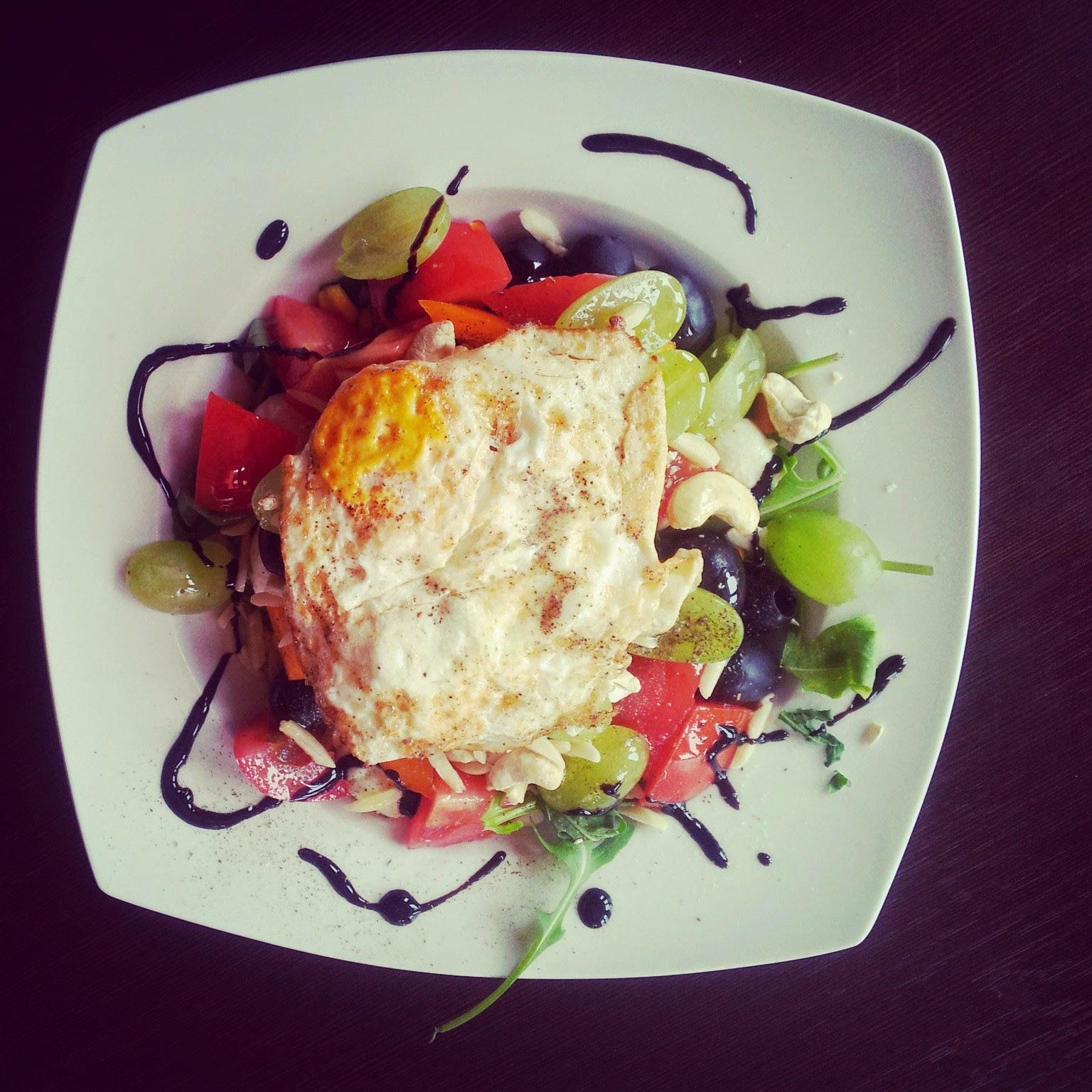 sałatka,rukola,ser mozarella,pomarańczowa papryka,jajko sadzone,winogrono