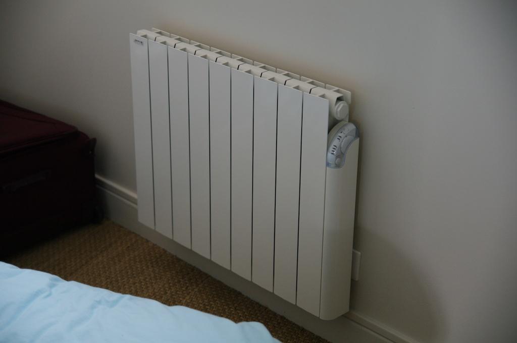 Notre maison en cours de r novation radiateur pos dans la chambre - Temperature dans une chambre ...