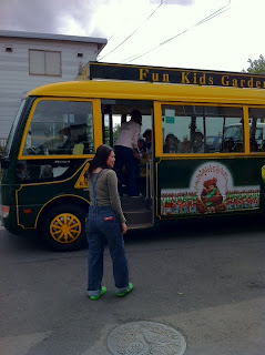 息子の幼稚園バスのお見送りをする