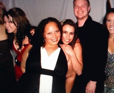 amigas abrazadas y la chica parece desnuda por el brazo gordo de su amiga