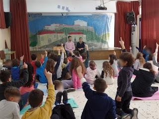 Τα παιδιά με σηκωμένα χέρια περιμένουν να κάνουν ερωτήσεις στο Βαγγέλη Αυγουλά!