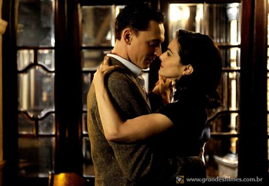 Rachel Weisz e Tom Hiddleston em The Deep Blue Sea