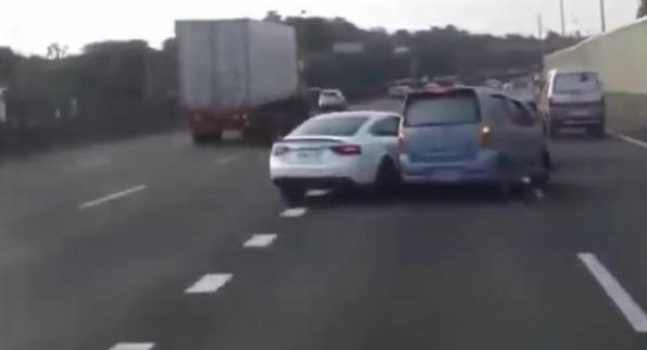 video aksi kereta Audi dan MPV tidak mahu mengalah berebut lorong