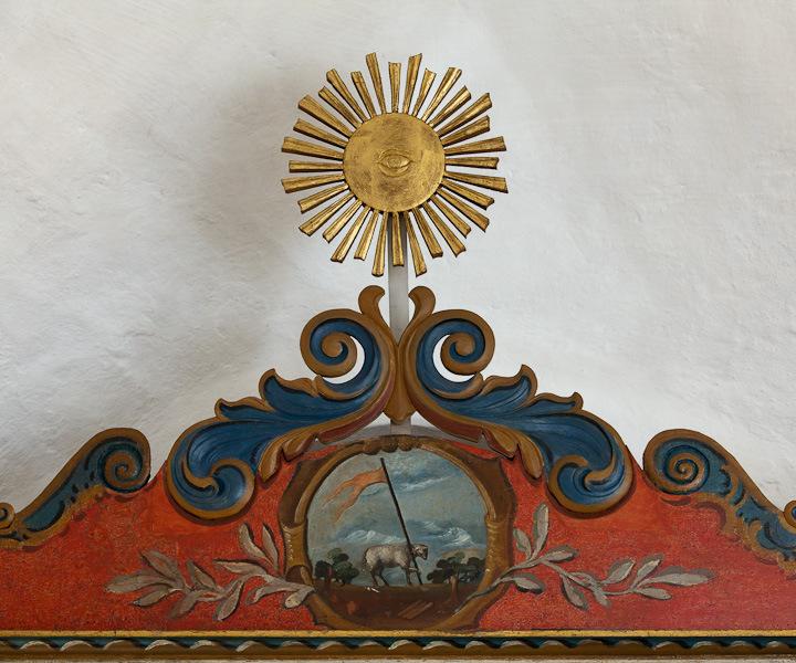 Detalje fra altertavle i Klarup kirke, med 'Guds øje' øverst